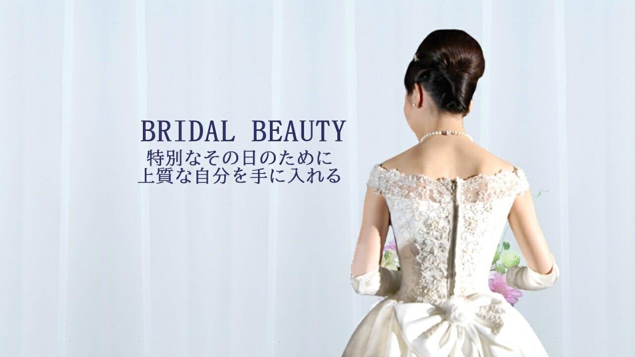 ウェディングドレスに身を包み、花束を持った美しい花嫁さまのうしろ姿。